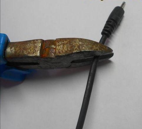отрезаем штекер у зарядного устройства телефона