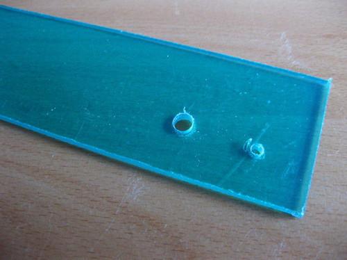 задняя стенка коробка с отверстиями для проводов