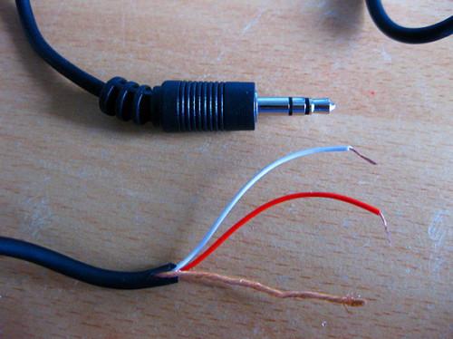 прожилы кабеля от наушников