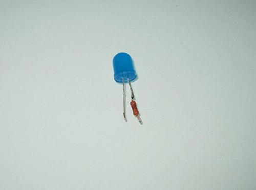 спачнные светодиод и резистор