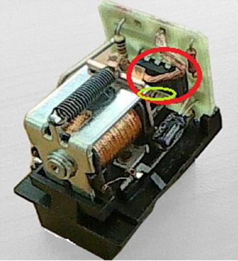 Реле в разобранном виде и требуемый чип