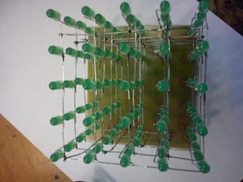 Конструкция соединенных между собой светодиодов в форме куба